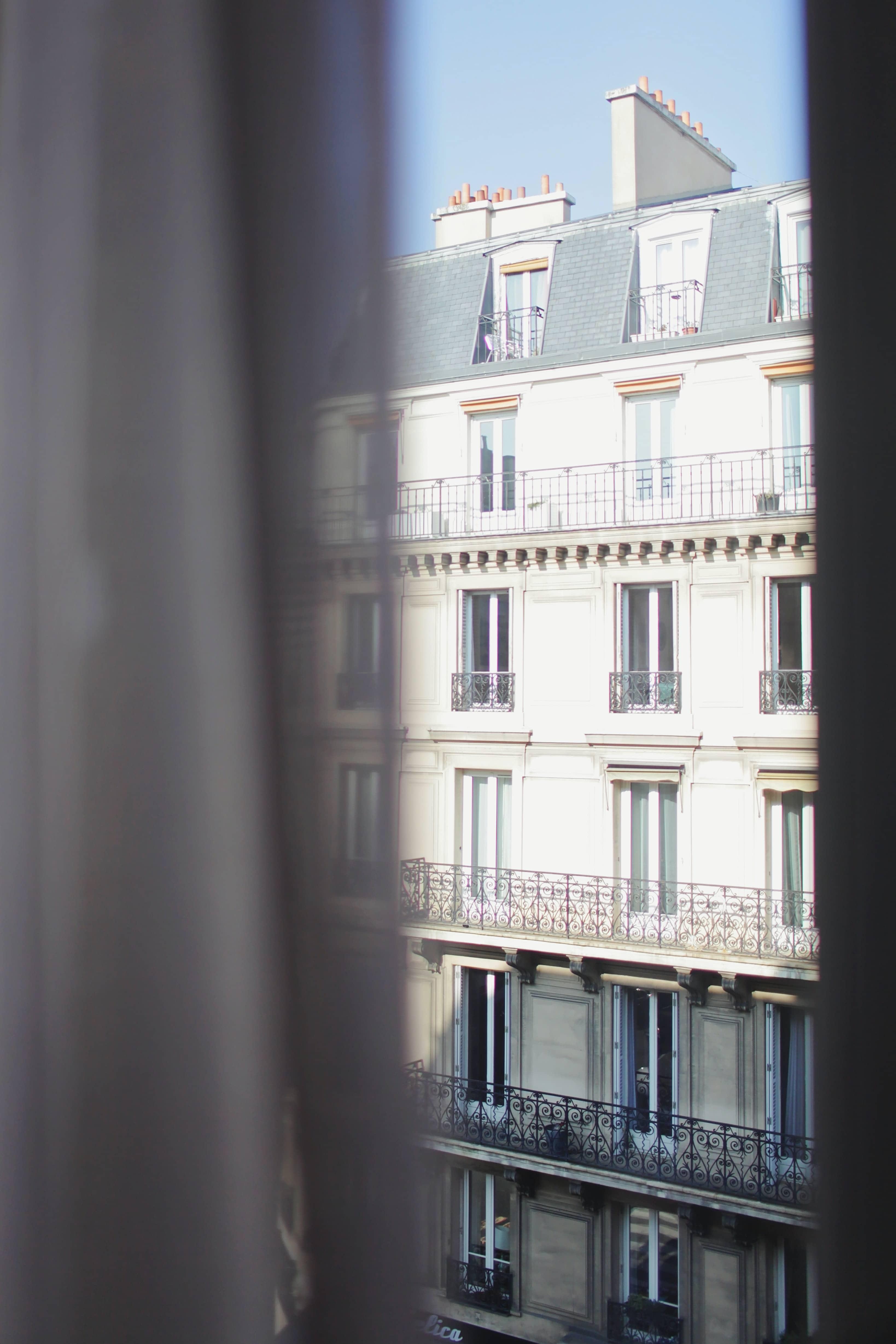 façade d'immeuble vue d'une fenêtre